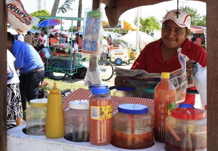 Ofrecen aguas frescas, refrescos, tepache, saborines, paletas, entre otros alimentos, para hacer frente a la sed. (Harold Alcocer/SIPSE)