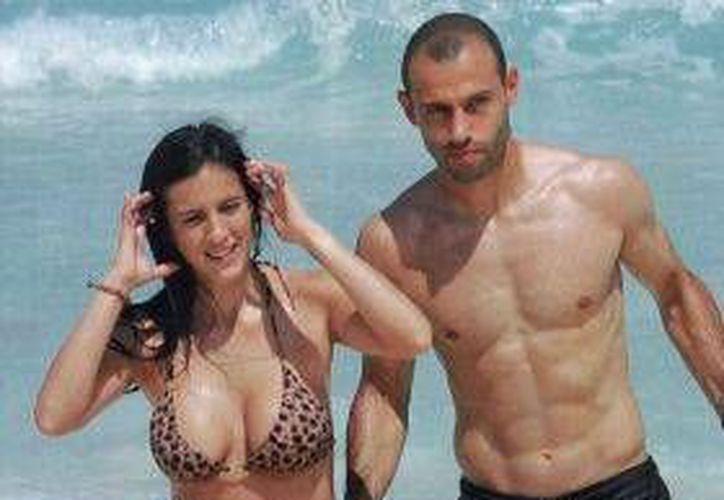 El astro del fútbol argentino, Javier Mascherano fue captado cuando disfrutaba de unas vacaciones familiares en Cancún.  (Revista Caras)