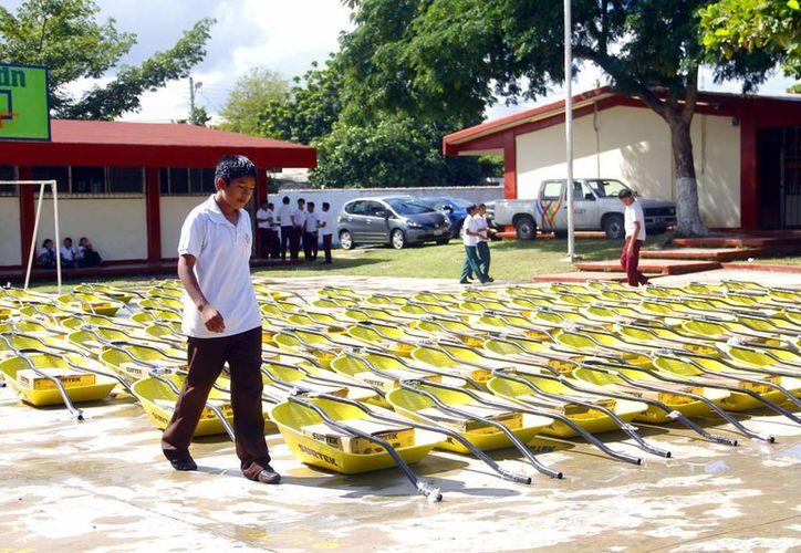 En el plantel de la EST 59 fueron entregadas ayer 200 carretillas en beneficio de 35 mil estudiantes. (Juan Albornoz/SIPSE)