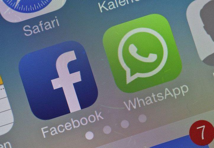 Los logotipos de Facebook y WhatsApp en la pantalla de un móvil. Los dos servicios compartirán información del usuario. (EFE)