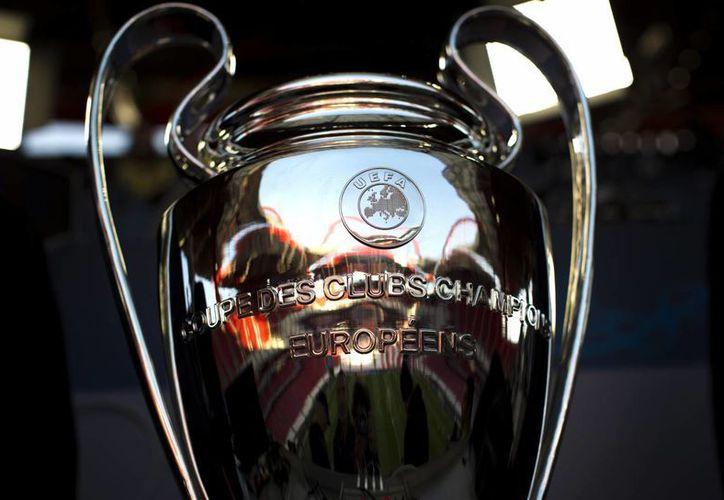 Colchoneros y merengues se disputan este sábado el máximo trofeo del futbol europeo. (AP)