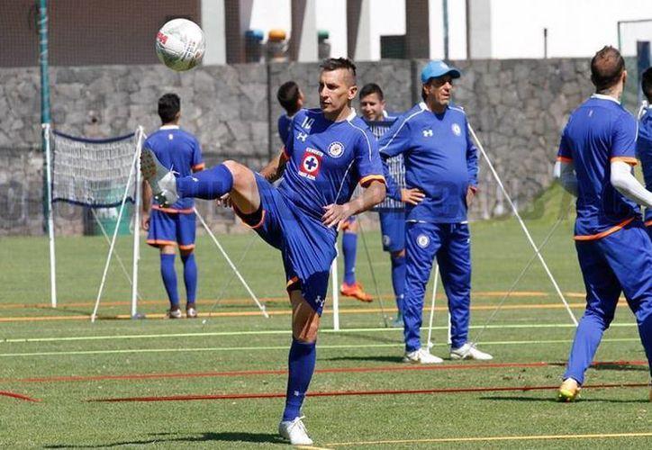 Christian Giménez asimila su lenta recuperación, aunque afirmó que le preocupa perder su lugar con el conjunto azul. (Imágenes: Facebook de Cruz Azul.)