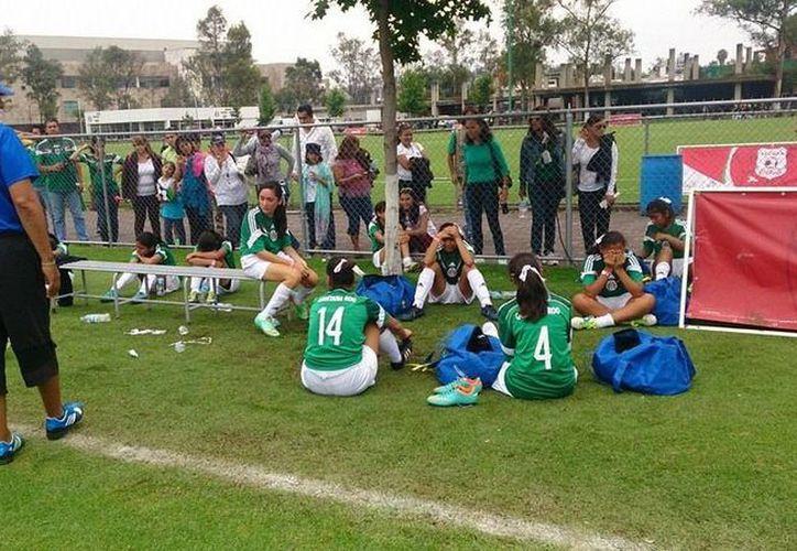 El equipo femenil no ganó el partido lo que las dejo fuera de la competencia. (Francisco Gálvez/SIPSE)