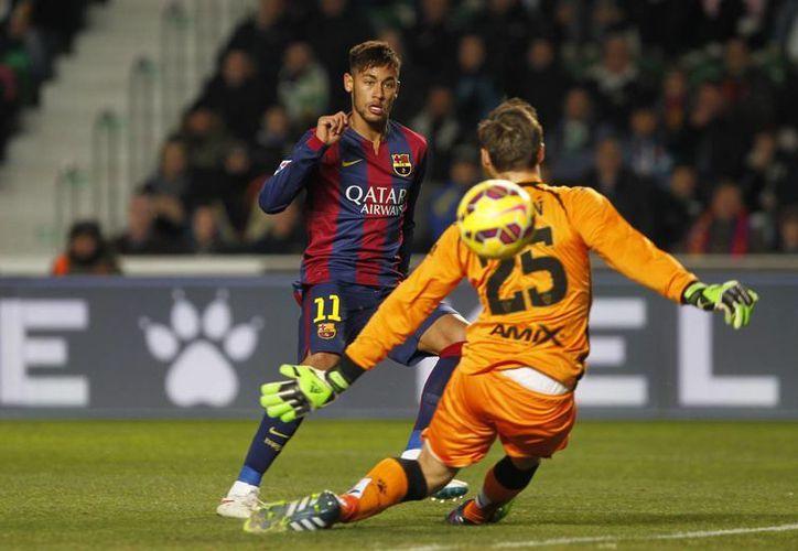 Neymar hizo dos goles contra Elche gracias a asistencias de Lio Messi. (Foto: AP)