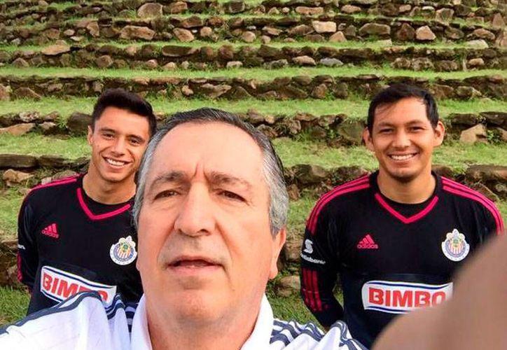 Jorge Vergara (en primer plano), dueño del club Chivas Rayadas de Guadalajara, sufrió un accidente cuando manejaba su motocicleta. Según sus propias palabras, vía cuenta de Twitter, 'sólo fue un rasponcito'. (Twitter: @jorgevergara)