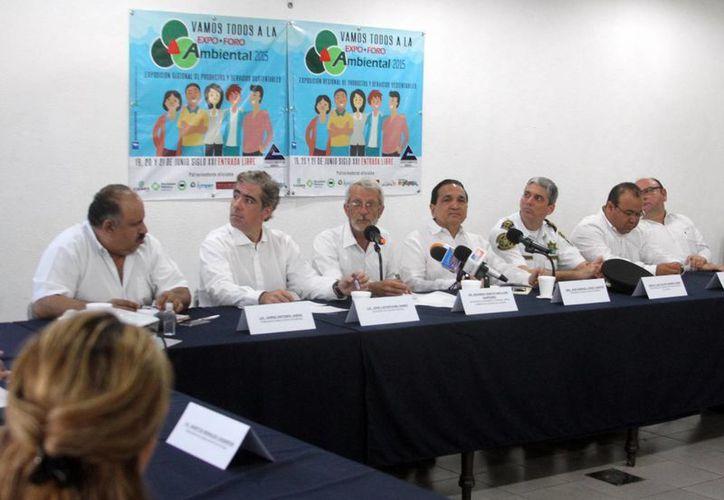 Imagen de la rueda de prensa, donde empresarios y gobierno promueven la Expo Foro Ambiental 2015. (César González/SIPSE)