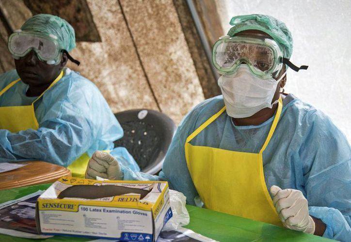 El ébola es tan contagioso que ni los doctores con trajes especiales están a salvo del contagio. (AP)