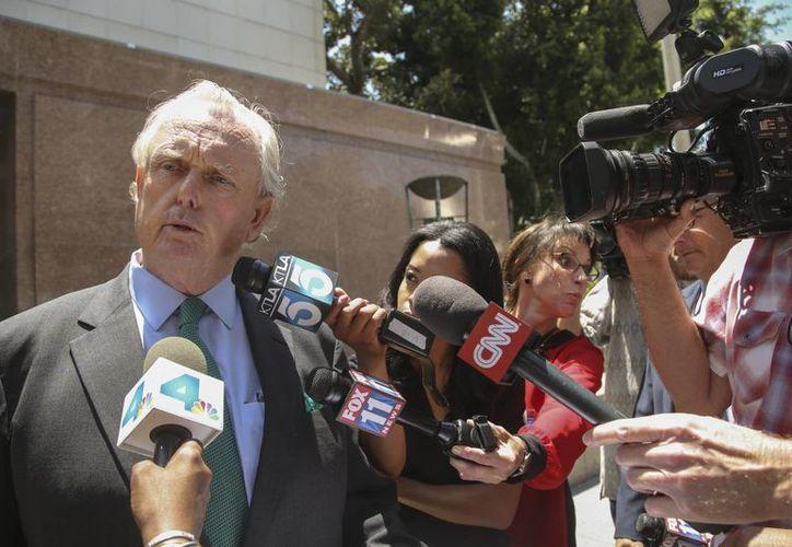 El abogado de Sherry Sterling's, Pierce O'Donnell, habla con los medios de comunicación afuera de la Corte de Los Angeles. (Foto: AP)