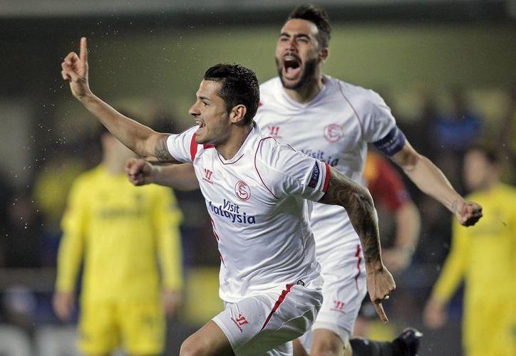 """El centrocampista del Sevilla, Víctor Machín """"Vitolo"""" (i), junto a su compañero Vicente Iborra, celebra el gol marcado ante el Villarreal, el primero de su equipo, durante el partido de ida de octavos de final de Liga Europa. (EFE)"""