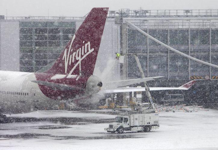 Hay cientos de pasajeros varados en los aeropuertos europeos. (Agencias)