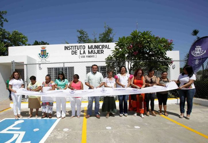 El alcalde Renán Barrera inauguró las nuevas oficinas del la dependencia municipal en calle 32 s/n con 21 del fraccionamiento Juan Pablo Ampliación. (Cortesía)