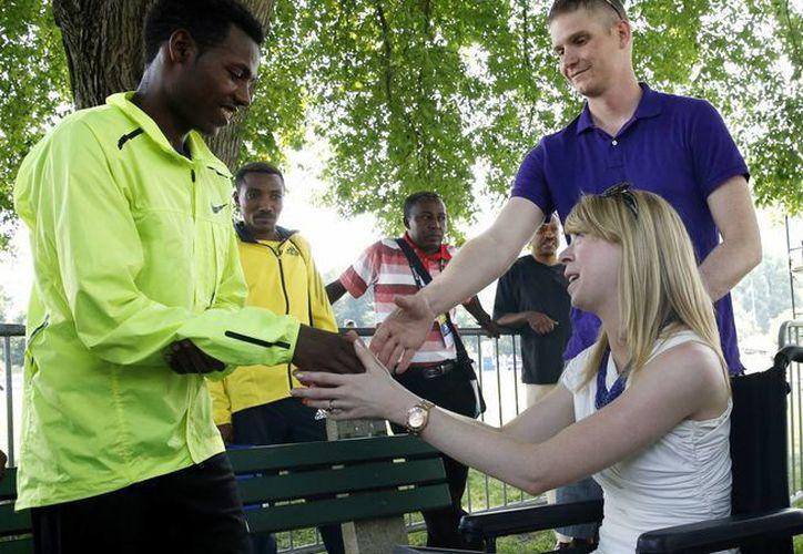 Lelisa Desisa (i) saluda a víctimas del atentado al Maratón de Boston, después de entregar su medalla de primer lugar a la ciudad. (Agencias)