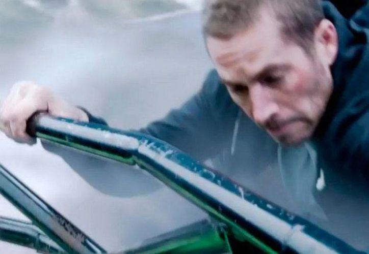 Según la producción de Furious 7, las escenas que no terminó de filmar Paul Walker las realizaron 'dobles'. La imagen fue tomada del tráiler de la saga que ayer se publicó. (YouTube/Fast and Furious)