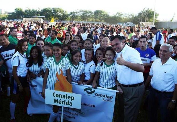 El gobernador Rolando Zapata Bello encabezó la apertura de la Liga <i>Alvaro García Aguilar</i>, en el Instituto Patria. (SIPSE)