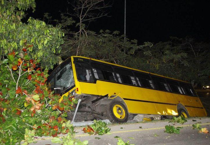 Tras el choque de un camión contra una moto en el Anillo Periférico, lo que ocasionó un muerto, el camión fue a dar contra el camellón central. (Fotos: Milenio Novedades)
