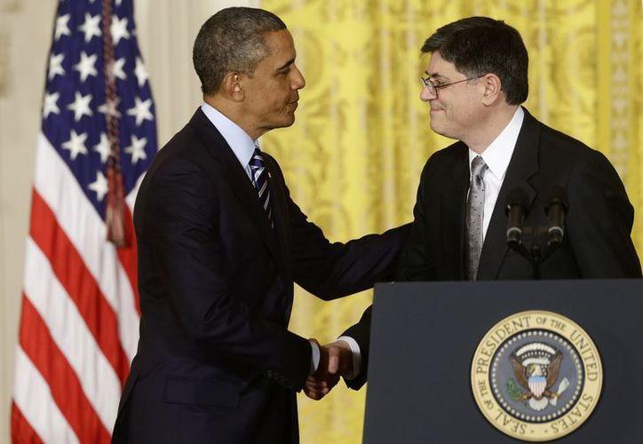 Obama estrecha la mano actual jefe de la Casa Blanca Jack Lew. (Agencias)
