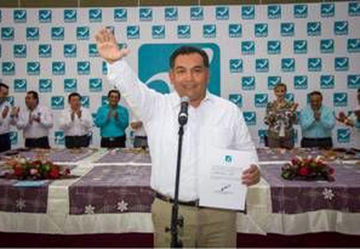 """Juntos somos más fuertes"""", aseguró Víctor Caballero Durán al tomar protesta como el candidato del Partido Nueva Alianza. (Milenio Novedades)"""