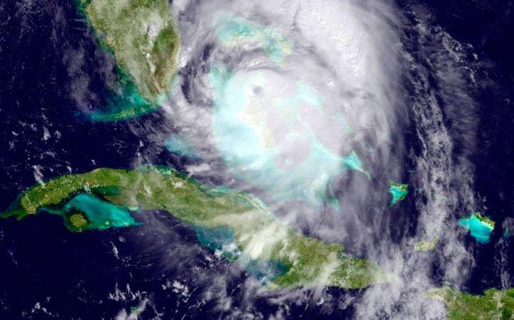 Imagen de satélite del Centro Nacional de huracanes de Miami, que muestra al poderoso huracán Matthew, de categoría 4, llegando a costas de Florida, EU, el jueves 6 de octubre de 2016.