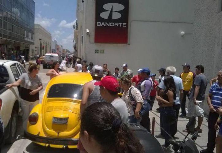 Un automóvil se quedó sin frentos, en pleno centro de Mérida y casi se mete a un banco. (Uziel Góngora/SIPSE)