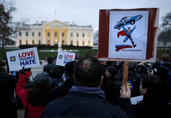 Los accesos a la Casa Blanca fueron bloqueados, lo que impidió que llegaran más manifestantes. (Foto: Reuters)