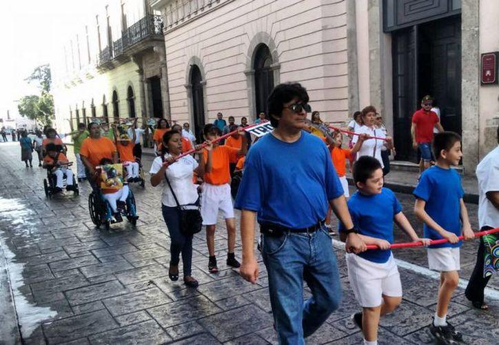 El día de hoy por la mañana se realizó el primer desfile en conmemoración del CV Aniversario de la Revolución Mexicana por parte de los niños de los Centros de Atención Múltiple. (José Salazar/SIPSE)