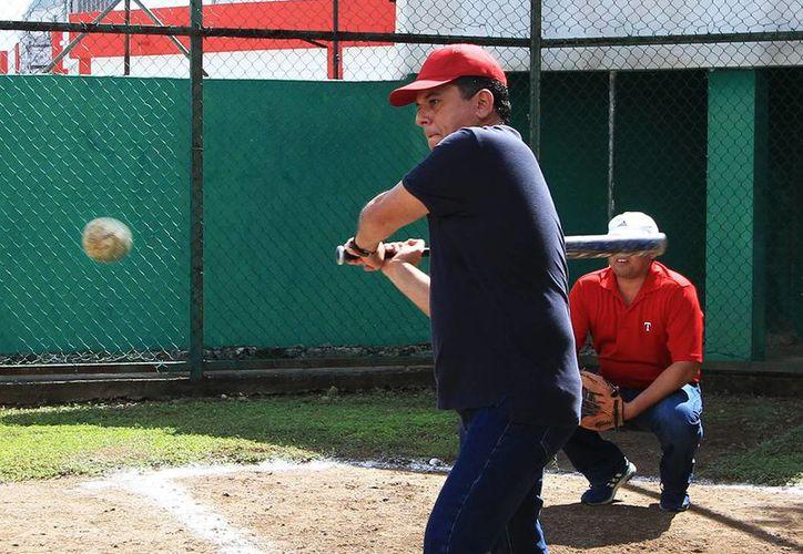 El alcalde en el batazo inaugural del triangular de softbol. (Cortesía/SIPSE)