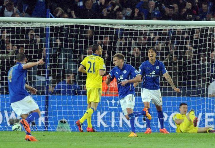 Marc Albrighton puso adelante al Leicester, pero Chelsea remontó con tres goles en el segundo tiempo y está muy cerca de ser campeón de liga en Inglaterra. (Foto: AP)