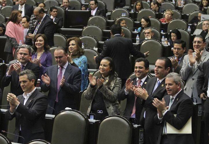 Diputados aplauden al finalizar la sesión donde se discutió el fuero constitucional. (Notimex)