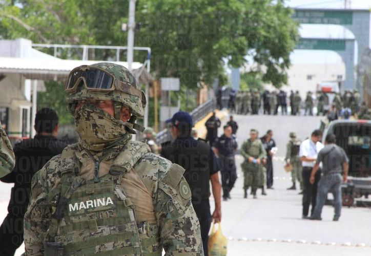 Un grupo de fayuqueros provocó la presencia de cuerpos policíacos en la frontera de Chetumal con Belice, ayer. (Foto: Ángel Castilla/SIPSE)