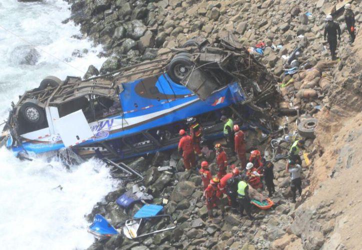 Los rescatistas intentan recuperar la mayor cantidad de cuerpos antes de que suba la marea. (Foto:  El Comercio)