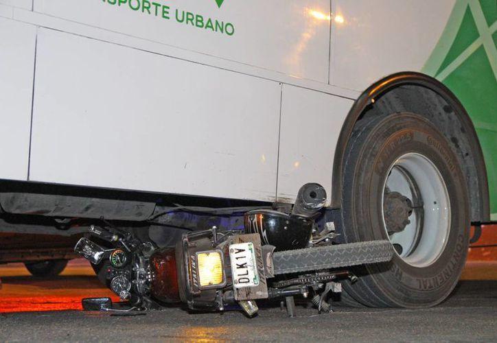 El guiador de la moto, Oscar C. P., terminó con lesiones severas luego de impactarse contra el autobús. (SIPSE)