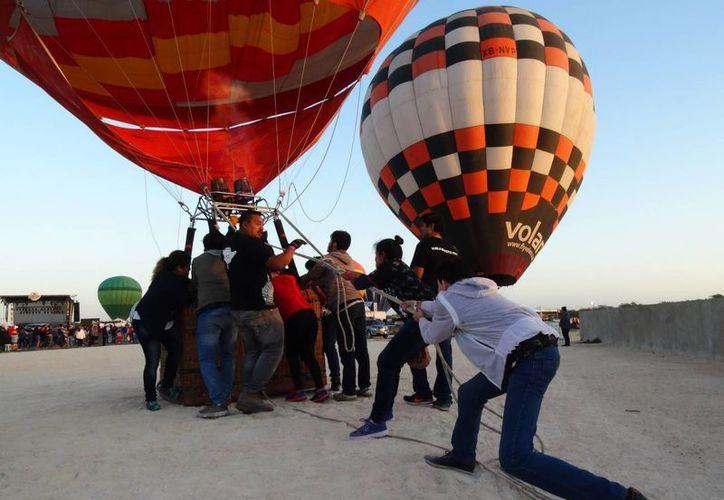 Los organizadores del Festival Internacional de Cultura y Arte 'El Globo en Yucatán' cancelaron los vuelos del primer día de actividades, debido a la intensidad de los vientos. (Christian Coquet/SIPSE)