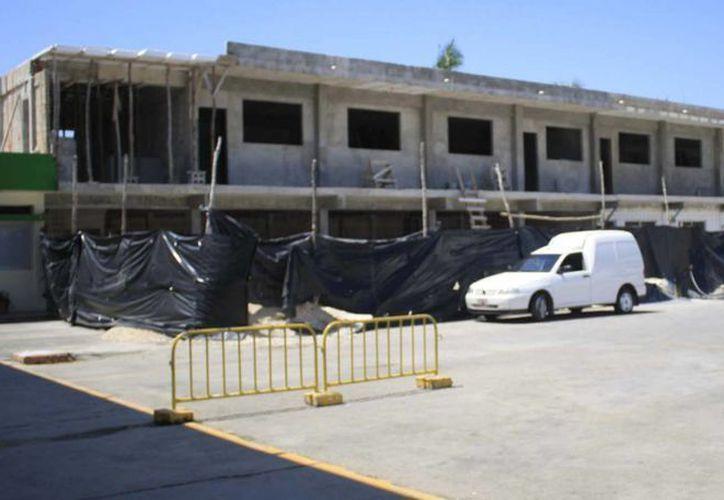 En completo abandono quedo la construcción de las oficinas del Ayuntamiento. (Harold Alcocer/SIPSE)