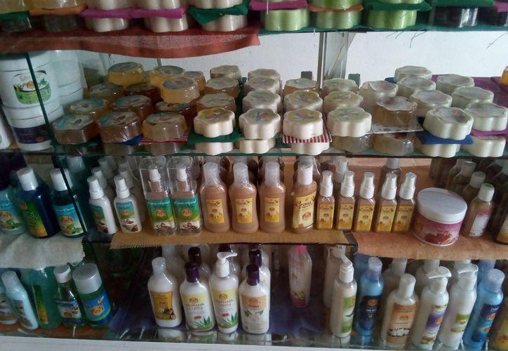 Existe una pequeña agrupación que se encarga del procesamiento del producto primario la cual se llama Melitz´aak donde se encuentran productos derivados de la miel. (José Chi/SIPSE)