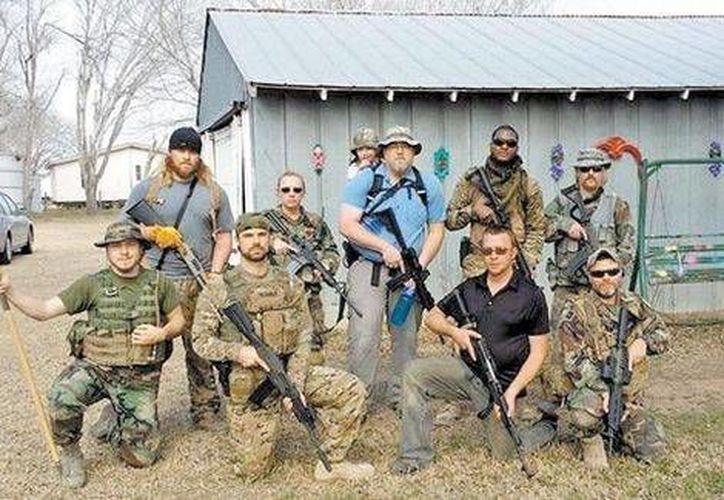 En una página de Facebook, Davis aparece junto a sus subordinados, todos armados con fusiles y vestidos con ropas camufladas. (Milenio)