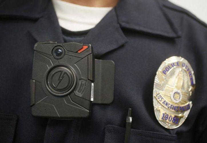 Un agente de la policía de Los Angeles porta una cámara durante una demostración para los medios en Los Angeles. El dispositivo es el que tendrán que usar los agentes de Misuri. (Archivo/AP)