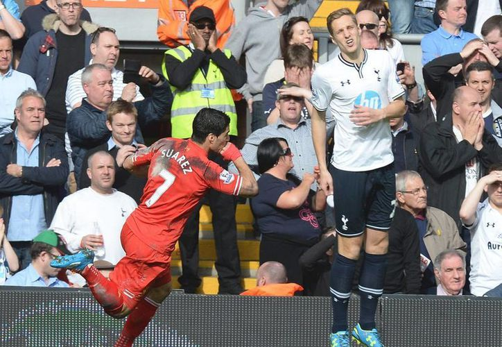 El delantero del Liverpool Luis Suarez (I) celebra el segundo gol del partido ante el Tottenham Hotspur. (EFE)