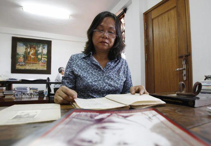 Poch Visethneary, hija de Poch Younly, lee el diario de su padre que hace casi 40 años documentó la brutalidad del Jmer Rojo, el régimen comunista radical que dejó un millón 700 mil muertos. (Agencias)