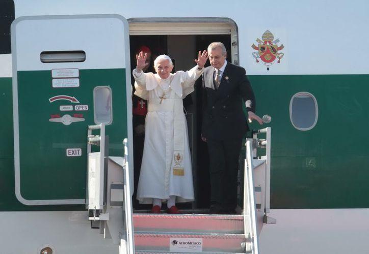 El avión papal aterrizó el 23 de marzo de 2012 en el Aeropuerto Internacional de Guanajuato, con lo que inició la primera visita de Benedicto XVI a este país. (Archivo Notimex)
