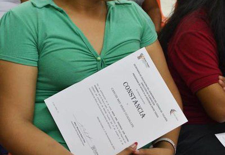 """El Conafe entregó 28 constancias a igual número de educadores comunitarios, quienes tomaron el diplomado """"Hacia una docencia con rostro humano"""". (Oficial)"""