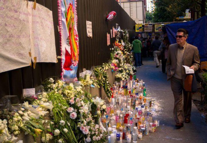 Ofrenda para los fallecidos en la explosión en la Torres de Premex. (Notimex)