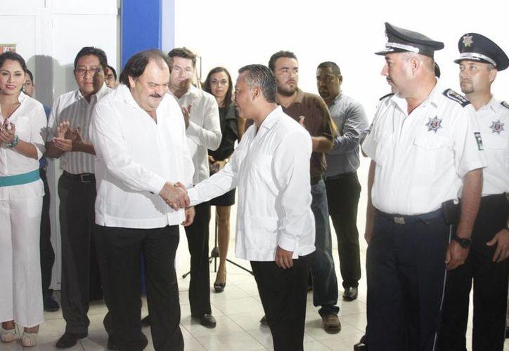 Espinosa Abuxapqui y Villanueva Tenorio en la ceremonia de entrega. (Harold Alcocer/SIPSE)