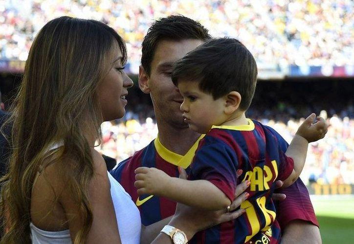 Lionel Messi con su esposa Antonella y el primer hijo de ambos, Thiago. Messi anunció que será papá por segunda vez con su esposa. (lavanguardia.com)