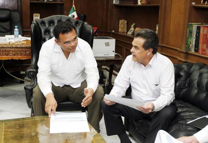 El gobernador Rolando Zapata Bello y el titular del INEA, Alfredo Llorente Martínez. (Milenio Novedades)