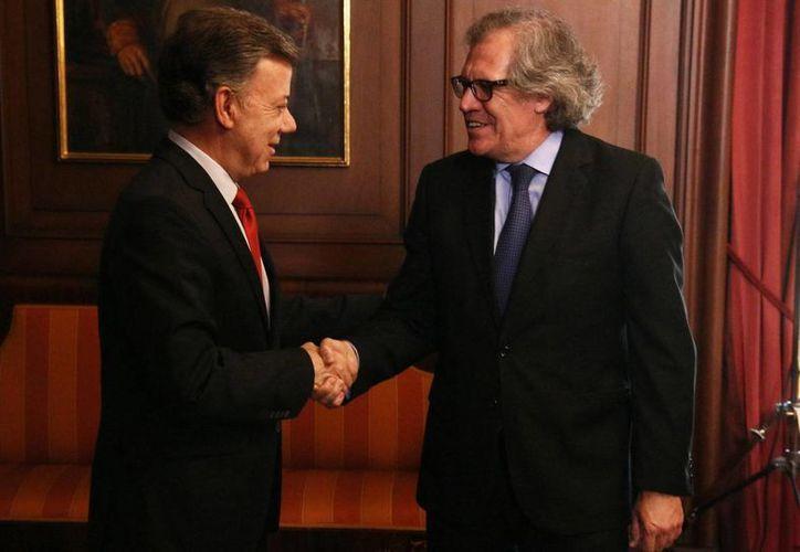 El presidente de Colombia, Juan Manuel Santos se reunió con el secretario general de la OEA, Luis Almagro, antes de un foro internacional. Almagro recomendó solucionar las tensiones entre Colombia y Venezuela por la vía diplomática. (Notimex)