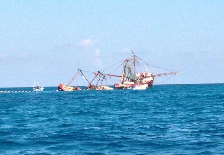 Desde el viernes pasado tratan de sacar a flote la embarcación. (Redacción/SIPSE)