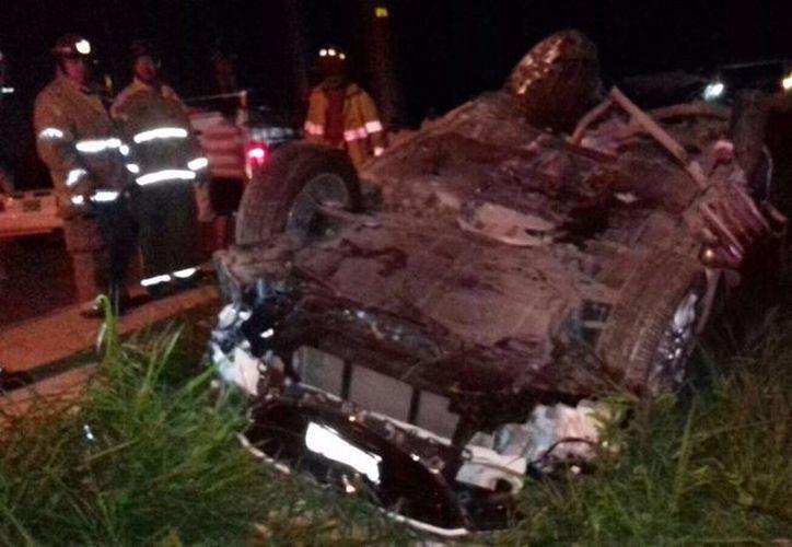 El vehículo terminó volcado a un costado de la avenida 20 de Noviembre en Cancún. (Redacción/SIPSE)