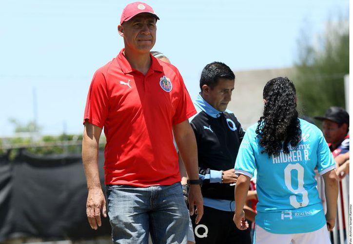 El entrenador de las Chivas femenil, Luis Manuel Díaz (izq.), expresó el comentario en defensa de las futbolistas en la atención a medios posterior al partido que ganó el Rebaño 3-1 al Querétaro. (Agencia Reforma)