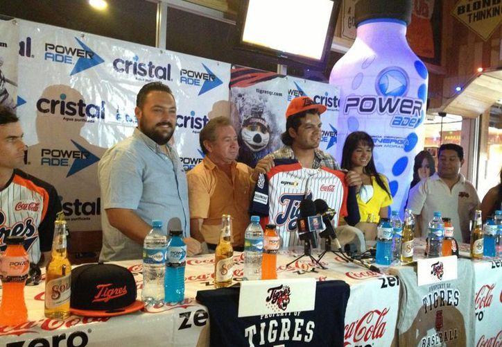 Francisco Rodríguez posó con la franela de los Tigres de Quintana Roo. (Ángel Mazariego/SIPSE)