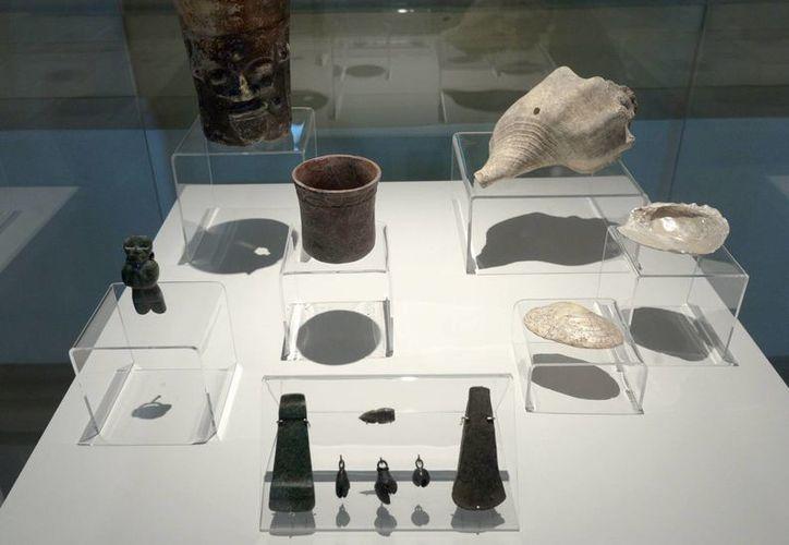 Un total de 100 salvamentos arqueológicos realizados en 14 sitios periféricos de Mérida desde el año 2002 a la fecha incluyen vasijas y cuchillos prehispánicos. (Fotos: cortesía del INAH)